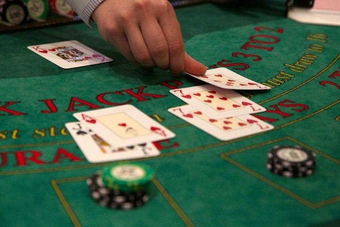 Chơi bài Blackjack hay còn được gọi là xì dách hay xì lát bởi cách chơi khá giống với xì lát ở Việt Nam
