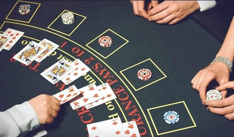 Nhà cái sẽ chia bài cho mỗi người chơi 2 lá bài khi bắt đầu ván xì dách